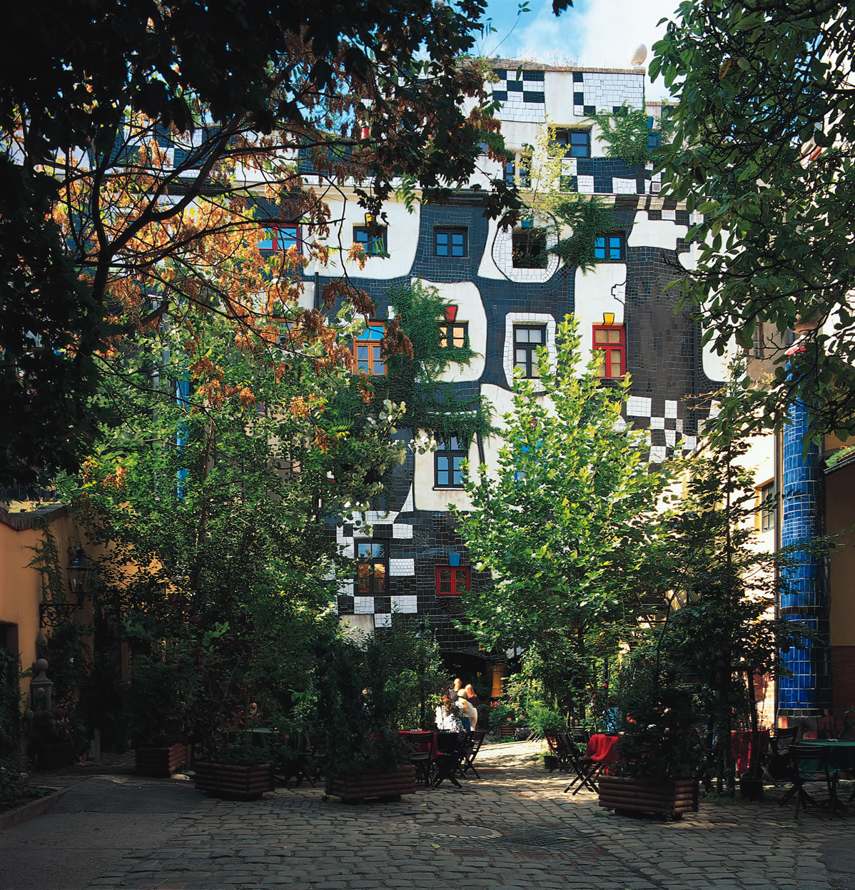 Friedensreich regentag dunkelbunt hundertwasser orna for Architecture hundertwasser